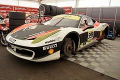 Desafío de Ferrari 458 en garage Fotos de archivo libres de regalías