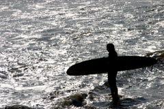 Desafío de la muchacha de la persona que practica surf Imagenes de archivo