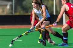 Desafío de los palillos de la bola del foco de las muchachas del hockey Foto de archivo