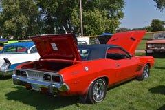 Desafiador restaurado de 1973 Dodge imagenes de archivo