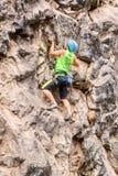 Desafio al Basalto De Tungurahua, młody człowiek wspina się vertical skały ścianę Zdjęcia Stock
