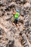 Desafio al Basalto De Tungurahua, młody człowiek wspina się vertical skały ścianę Fotografia Royalty Free
