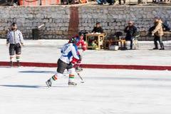 Desafio do jogador de hóquei em gelo Imagens de Stock