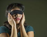 Desafio viral de jogo perdido e confuso novo da menina chinesa asiática assustado e de olhos vendados do adolescente do Internet  fotos de stock royalty free