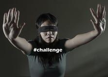 Desafio viral de jogo perdido e confuso novo da menina chinesa asiática assustado e de olhos vendados do adolescente do Internet  fotografia de stock
