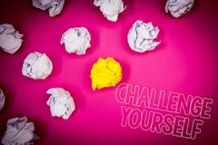 Desafio você mesmo da exibição da nota da escrita Foto do negócio que apresenta o rosa forte superado do desafio da melhoria do i fotos de stock royalty free