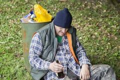 Desamparados con el botle de la bebida a disposición Imagen de archivo libre de regalías