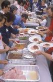 Desamparados que comen las cenas de la Navidad, Los Ángeles, California Imagen de archivo libre de regalías