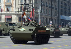 Desantiruemye BTR-MDM Rakushka während einer Wiederholung der Parade Lizenzfreie Stockfotografie