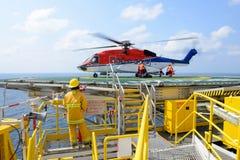 Desantowy oficer ładuje bagaż pasażer helicopt Obraz Royalty Free