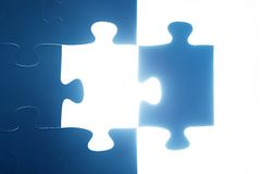 Desaparecidos del pedazo del rompecabezas El brillar intensamente ligero solución Imagen de archivo libre de regalías