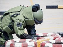Desarmering av blindgångareexperten bombarderar in dräkten arkivbild
