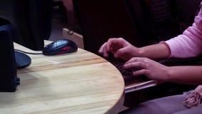 Desarrollador de la programación que trabaja en proyecto en oficina del estudio almacen de metraje de vídeo