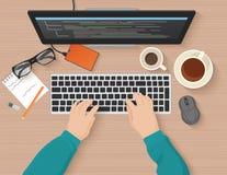 Desarrollador que trabaja en el ordenador El programador da la codificación Concepto plano programado del ejemplo Opinión superio libre illustration