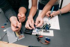 Desarrollo colectivo de la electrónica con esquema Fotos de archivo libres de regalías