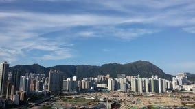 Desarrollo de la ciudad debajo del cielo azul Fotos de archivo