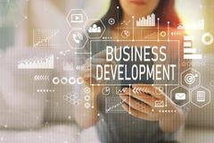 Desarrollo de negocios con la mujer que usa un smartphone foto de archivo libre de regalías