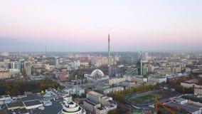 Desarrollo urbano Academic del área residencial Rusia Ekaterinburg Vista aérea del horizonte céntrico de la ciudad de Ekaterinbur almacen de metraje de vídeo