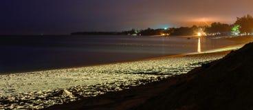 Desarustrand bij nacht Overzees, zand en bewolkte hemel met bout en Th Stock Fotografie