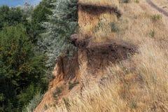 Desastre del derrumbamiento de la montaña en área sesmically peligrosa Grietas grandes en la tierra, pendiente de las capas grand fotografía de archivo libre de regalías