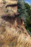 Desastre del derrumbamiento de la montaña en área sesmically peligrosa Grietas grandes en la tierra, pendiente de las capas grand fotos de archivo
