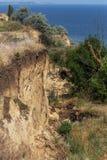 Desastre del derrumbamiento de la montaña en área sesmically peligrosa Grietas grandes en la tierra, pendiente de las capas grand imagenes de archivo