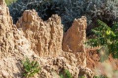 Desastre del derrumbamiento de la montaña en área sesmically peligrosa Grietas grandes en la tierra, pendiente de las capas grand imágenes de archivo libres de regalías