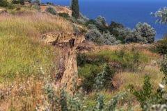 Desastre del derrumbamiento de la montaña en área sesmically peligrosa Grietas grandes en la tierra, pendiente de las capas grand fotografía de archivo
