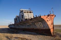 Desastre del mar de Aral Barco de pesca oxidado abandonado en el desierto en el lugar del mar de Aral anterior Imagenes de archivo