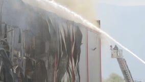 Desastre do grande fogo em um armazém vídeos de arquivo