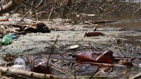 Desastre ecológico de recursos hídricos Desperdicios del plástico metrajes