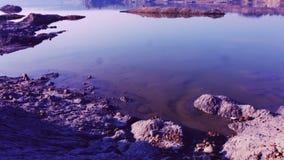 Desastre ecológico no lago com laranja arenosa vídeos de arquivo