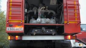desastre Trabajo del coche de bomberos sobre el fuego metrajes