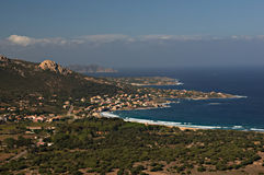 Desatención de la costa costa corsa cerca de Calvi Imagen de archivo libre de regalías