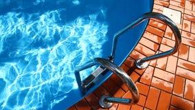 Desatención del agua y de las escaleras a la piscina almacen de video