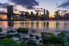 Desatención del horizonte de Manhattan en la puesta del sol Imagen de archivo libre de regalías