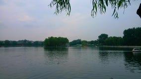 desatención del lago del yanqi y del pabellón en la distancia imagen de archivo libre de regalías