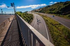 Desatención del puente de la colina de los jinetes de la raza de ciclo Foto de archivo libre de regalías