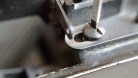 Desatornilla el tornillo por el destornillador de mi máquina de escribir vieja metrajes