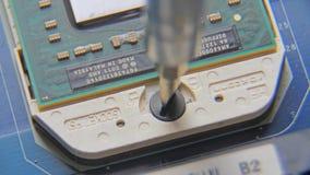 Desatornillar el tornillo Haga girar el tornillo en placa de circuito electrónica de la impresión metrajes