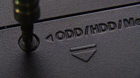 Desatornillar el tornillo Haga girar el tornillo en placa de circuito electrónica de la impresión almacen de metraje de vídeo