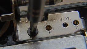 Desatornillar el tornillo Una mano que sostiene un destornillador es de instalación o de reparación de componentes de ordenador almacen de video