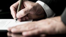 Desaturated Bild des Unterzeichnens eines Vertrages lizenzfreies stockfoto