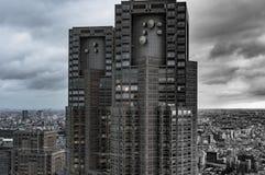 Desaturated Bild von Stadtbild, Zersiedelung mit hochragendem Wolkenkratzer auf Vordergrund lizenzfreie stockbilder