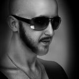 Desaturated Foto des kaukasischen Mannes in der Sonnenbrille, die weg schaut lizenzfreies stockbild