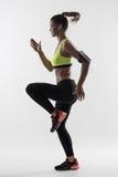 Desaturated hintergrundbeleuchtetes Schattenbild der athletischen Frauenläuferbewegung bei schnell sprinten lizenzfreies stockfoto