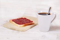 Desayuna una taza de café y de tostada Foto de archivo