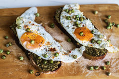 Desayuna una tostada con el huevo Imágenes de archivo libres de regalías