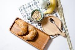 Desayunan con el cruasán y Muesli y el plátano y la leche fresca adentro Fotografía de archivo libre de regalías