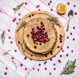Desayunan con las crepes y la miel, las bayas, los arándanos y la opinión superior del fondo rústico de madera del té del tomillo Fotos de archivo libres de regalías